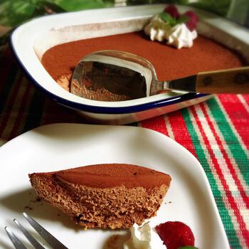 手軽に作れて、皆が大好きな「チョコレートムース」をスコップケーキスタイルで。蓋つき容器に作れば、持ち運びも簡単です。