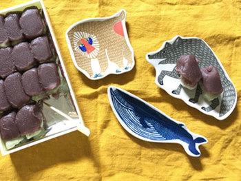 お土産頂いた小さなお菓子も、アニマルシリーズの印判に乗せれば、さらに楽しいティータイム。乗せるお皿を日替わりで変えてみても楽しめますね。