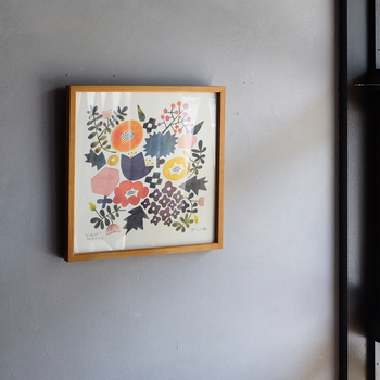 色とりどりの花々が独特の優しいタッチで描かれたこちらのポスターは、陶芸作家の伊藤利江(いとうりえ)さんによる作品。華やかさと上品さのバランスが絶妙で、一枚でも存在感抜群です。