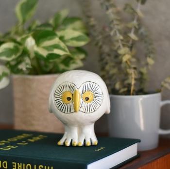 """幸せを運ぶ鳥とされる、スウェーデンの森の白い""""ふくろう""""。こちらも陶芸家リサ・ラーソンの作品です。リサにしか生み出せない優しくてあたたかみのある表情が魅力で、2014年のリサラーソン展で限定発売された際は瞬く間に完売となった人気者♪"""