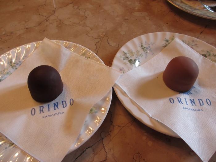 まるくてころんとした可愛らしいチョコレート菓子パトロン。中にはマロンクリームが入って、周りがチョコレートでコーティングされたお菓子で、ラム酒風味の大人味のショコラノアと、バターと生クリームが入ったまろやかなショコラオレの2種類。栗のほのかな甘さが広がる上品な美味しさです。