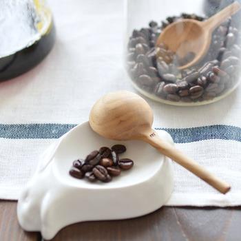 ナチュラルな風合いがかわいらしいこちらのコーヒーメジャーは「STUDIO M'」のもの。栗の木が使われています。こちらは柄の長さが長いタイプ。もうひとつ保存容器に入れておけるようなショートサイズもあります。