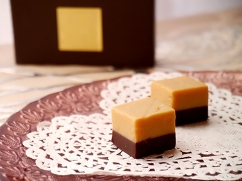 第4のチョコレートと呼ばれ注目を集めているブロンドチョコレートを使った「№4(2層のブロンド生チョコレート)」は、キャラメルのような深い味わいのブロンドチョコと生チョコが2層になっていて、とろける幸せな味わいです。