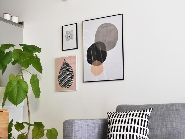 お部屋が殺風景だなと感じているなら、お気に入りのポスターを飾ってみましょう。「可愛らしいデザイン×スタイリッシュなデザイン」「小さいポスター×大きいポスター」。タイプの異なるポスターをいくつか組み合わせて飾ると、小さなギャラリーのような雰囲気ある空間が生まれます。