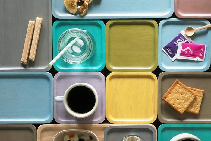 アカシアの人気が出たきっかけになったのが、こちらのカラフルなウッドプレート。色だけでなく、サイズも大小さまざまなので、自分好みに組み合わせて楽しむことができます。ポップで楽しいテーブルにしたいなら特におすすめですよ♪
