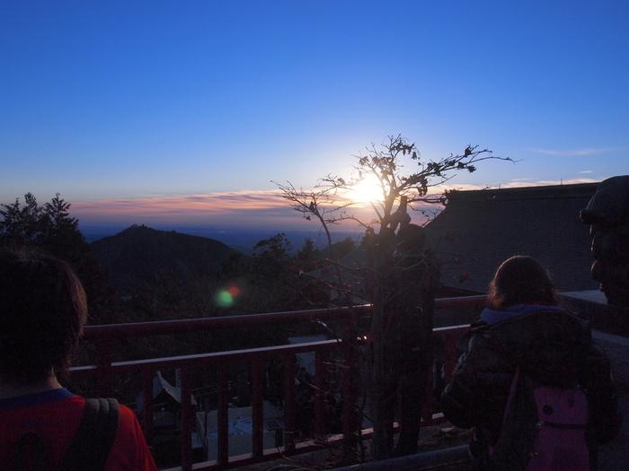 武蔵御嶽神社の境内からは、かつての武蔵の国を一望することができます。天候に恵まれた場合、武蔵御嶽神社から初日の出を臨むことができます。