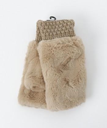■LBC(エルビーシー) ボアグローブ   編み目にきらめくラメ糸と、ふわふわボア素材の組み合わせがかわいいグローブ。デイリー使いはもちろん、特別なお出かけにも合わせられる落ち着いた色合いが素敵です。