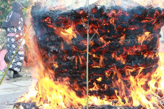 毎年1月8日には、「とんど焼き」が行われ、大勢の参拝者で賑わいます。