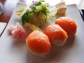 手まり寿司を並べた姿はとっても可愛らしいですよね。お皿の上を華やかに彩ってくれます。バリエーションも豊富で、簡単にアレンジしやすいので、いろいろな味を楽しめるのも魅力。簡単に作れるレシピもたくさんありますので、ホームパーティーなどのおもてなし用だけでなく、普段の食卓やお弁当でも活用してみてください♪