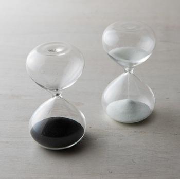 コロンとまるい形をした砂時計もオブジェとして素敵。継ぎ目も柱もない美しい球体は、1899年創業の老舗硝子店「廣田硝子」によって生み出された逸品です。ゆっくりと落ちていく砂をながめているだけで、リラックスできそうですね。