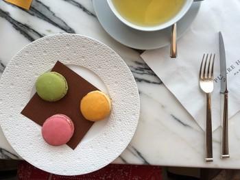 マカロンも紅茶を飲みながら、ナイフ&フォークで食べる贅沢な幸せ。