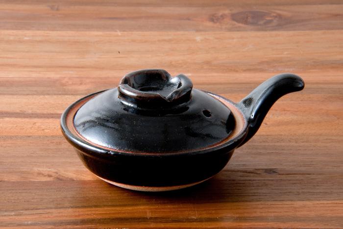 目玉焼きもちょっぴりこだわって。こちらはTOJIKI TONYA(トウジキトンヤ)の「目玉焼き用のエッグパン」。伊賀土で作られた一人前用の小さな土鍋。その美しいフォルムに思わずウットリ。