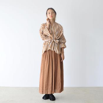 ブラウスと同系色のスカートを合わせた統一感のある着こなし。ナチュラルでリラックス感のある、大人の余裕を感じさせるコーディネートですね。