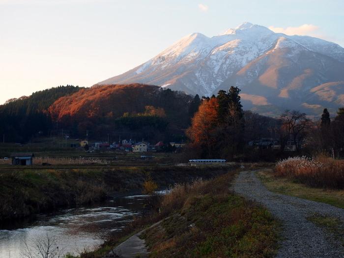 岩木山はどの季節でも雄大で美しいですが、紅葉の季節はやはり格別。山頂で9月中旬から紅葉が始まりますが、見頃は11月上旬ごろまで続きます。11月には雪をまとった岩木山と、紅葉した里山が美しいコントラストを見せてくれますよ。