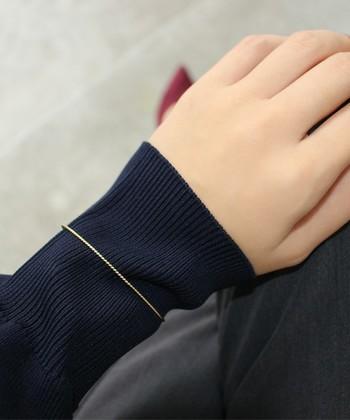 ニットの袖口のアクセントになっているのは、細かいひねりの入った華奢なバングル。サイズに余裕があるなら、あえてこんな風に付けてみるのも楽しいですね♪秋冬にしか出来ないコーディネート術です。