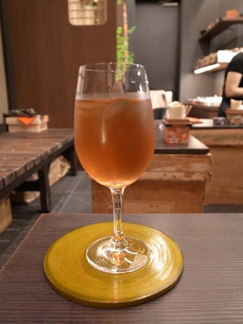 """""""『目・鼻・口』でワインのように愉しめる新しいソフトドリンク""""を目指しているという数々の茶葉をワイングラスで。水だしで冷たくしてもおいしいのが魅力です。  先ほどの緑茶フレーバーの他、マロングラッセやモカなどのほうじ茶フレーバーなど、ネーミングも楽しいお茶がたくさん。"""
