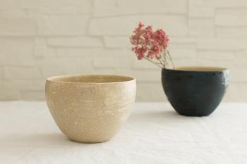 札幌にてギャラリーを併設した陶工房「Mano」で作陶されている杉田真紀さん。西洋のアンティークをイメージしながら 艶感とマットな質感をちょうどよく混ぜ合わせたような風合いを目指しているという独特の雰囲気が素敵です。