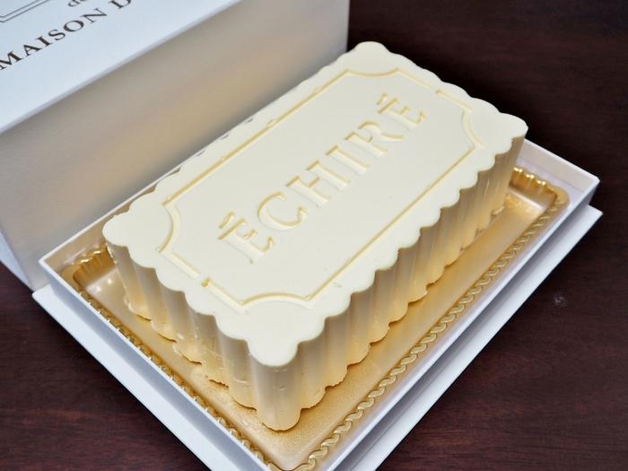 クリームの半分にたっぷりとフランスの最高級エシレバターを使った濃厚な生バターケーキが人気の『ECHIRE MAISON DU BEURRE(エシレ・メゾン デュ ブール)』。毎日たった15台販売の数量限定のケーキです。バターケーキのイメージが一新する美味しさなんです。木型をモチーフした可愛らしい形も魅力的です。