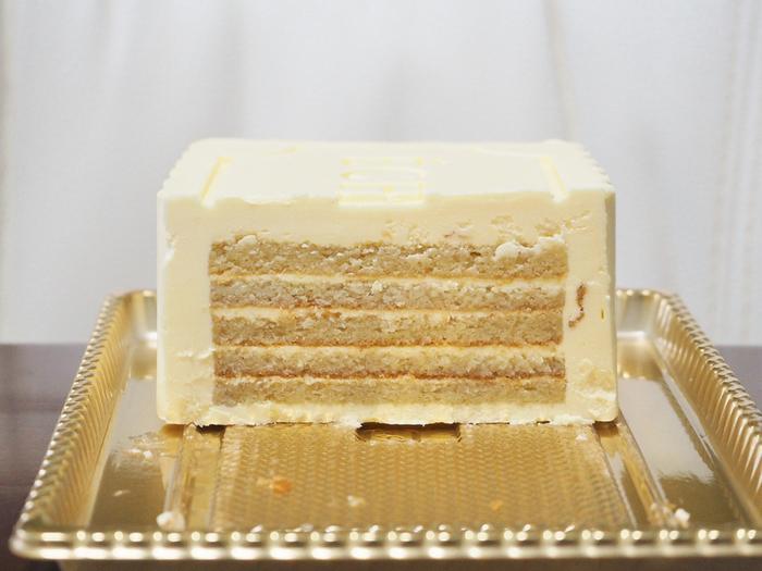 このケーキでしか味わえない深く芳香なバターの味わいと、しつこさのない甘くとろけるくちどけは一度食べたらやみつきになってしまうほど。切った時の断面も美しい!贅沢な味わいで、特別なおやつ時間になること間違いなしです。