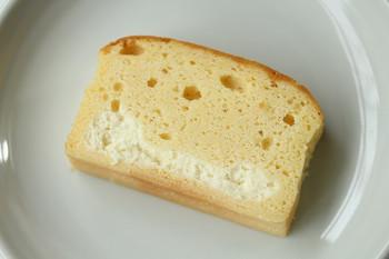 生地の中に爽やかなクリームチーズが詰まった、まろやかなパウンドケーキ。断面を見るだけで、生地のしっとり感が伝わりますね。
