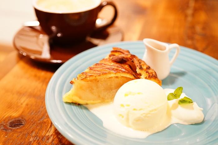 """""""おばあちゃんの味""""がコンセプトのアップルパイ専門店『GRANNY SMITH APPLE PIE & COFFEE(グラニースミス アップルパイ アンド コーヒー)』。味も見た目も違うアップルパイが種類豊富にそろっていて、季節限定メニューも楽しみのひとつです。ひとつひとつ手作りの、ほっこり幸せな味のアップルパイが人気のお店です。"""