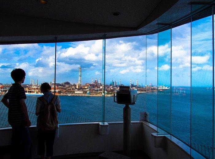 港公園にある高さ52メートルのタワー展望台。鹿島臨海工場地帯の大工場群を一望でき、太平洋を航行する船も見えます。