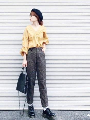 メンズライクなローカットブーツに、女性らしいシルエットのブラウスがおしゃれ。テーパードパンツのセンタープレスが濃いめのグレンチェックをすっきり見せてくれます。