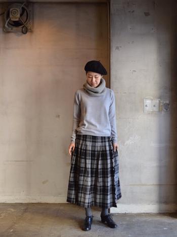 モノトーンのクラシックなチェック柄のキルトスカートが主役のコーディネート。くしゅっとした質感と、あたたかみのあるヘビーツイード素材が秋冬の足元をそっと包みます。