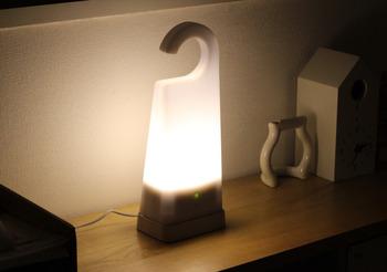 無印の持ち運びできる明かりも便利。普段からベッドサイドなどに置いておけば心強いですね。