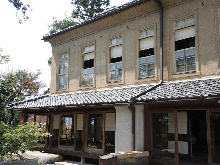 ワインの先覚者・宮崎光太郎が創業した「宮崎葡萄酒醸造所」と「観光葡萄園」を総称した「宮光園」。ワイン資料館では、日本最古のワイン醸造所で、昔のワイン造りの様子が垣間見られますよ。後で訪れる「シャトーメルシャン」に併設された施設です。