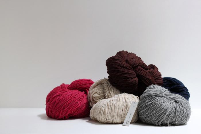 編み物のイメージがふくらんできたら、基本の道具を準備。こちらの毛糸は、スコットランド北方のシェトランド諸島に生息するシェットランド・シープからつくられたもの。冬の寒さが厳しい地で育つので、毛質は弾力性・耐久性に優れています。洗うたびに馴染んでいく柔らかくて光沢がある毛糸は、長く使いたいアイテムをつくるのにぴったり。