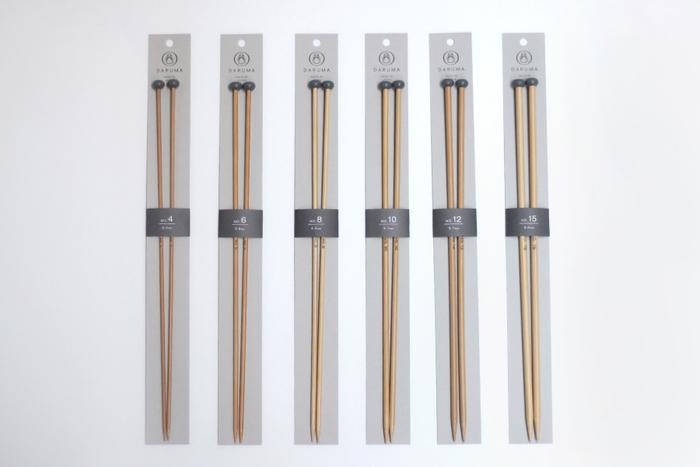 美しい玉付きの編み針。日本でとれた孟宗竹を原材料に使用した竹針は耐久性に優れています。気持ち良く手に馴染み、編み心地も滑らか。  玉付きの針は編地が棒針から落ちず、幅が広いものを編むのに適しています。針の太さは4号~15号までそろっているので、編みたい毛糸に合わせて選んでください。