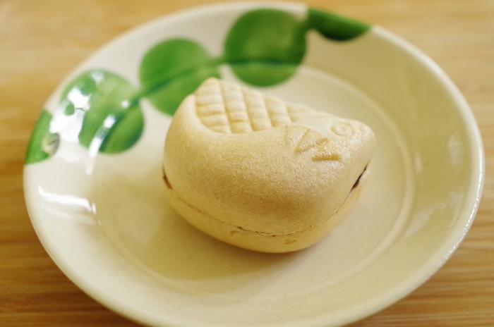 関門の名物でもある「河豚」の形をした和菓子「河豚最中」。サクサクの最中に一級品の小豆を使用した濃厚な餡がたっぷりとはさんでいて、幅広い世代から喜ばれそうな最中です。河豚のほっこりとした表情にも癒されますよ♪
