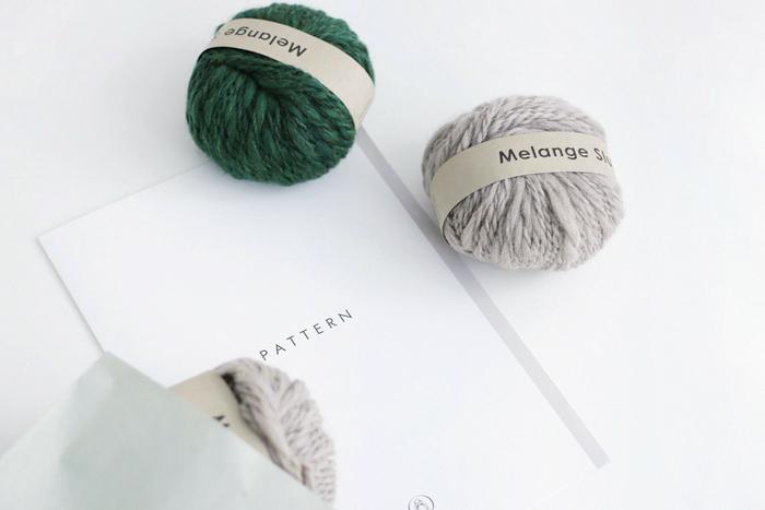 編み物に慣れている中級者レベルの方は、秋冬ファッションにかかせないニットキャップを編んでみませんか?必要な毛糸と「基本の編み方ガイド」がセットになった手編みキットが便利でおすすめ◎。