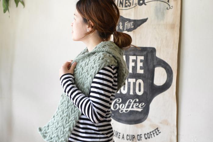 編み物は得意!という上級者さんは、この秋さらにステップアップしてみましょう。おすすめは、フードが付いた可愛らしいデザインのマフラー。カーディガンのようにさらりと羽織ったり、首元にくるくる巻いたり、ジャケットやコートの中に着てフードだけのぞかせたり…。これひとつで、オシャレの幅がぐっと広がります♪