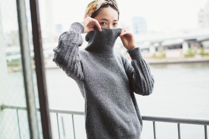 可愛らしくてシルエットも美しいハイネックのセーターがつくれるキット。ウール100%のやわらかな毛糸「メリノウール」を使用。原毛の風合いに近いのでとてもふわふわとして柔らかく、肌に触れる部分が多いハイネックのセーターには最適の毛糸です。