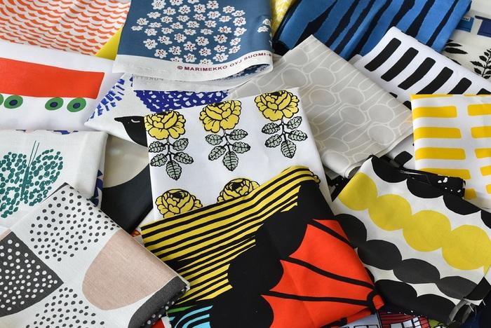 手縫い初心者さんは、はぎれを使ってコースターなどシンプルな小物づくりから始めてみませんか?  こちらは、北欧を代表するテキスタイルブランド「marimekko(マリメッコ)」をはじめとした、様々な北欧ブランドの生地を詰め込んだ「はぎれ福袋」。カラフルでモダンなデザインのはぎれを机に広げて眺めているうちに、創作意欲がムクムクとわいてきそう♪