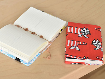 自分だけのブックカバーを手づくりするのもおすすめ。お気に入りの柄だと本を取り出すのも楽しみに。
