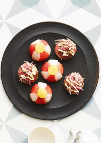 複雑な盛り付けが斬新でユニークな手まり寿司。2種類だけでも華やかさはけっして目劣りしません!こちらはご飯の味付けも2種類楽しめるんですよ♪