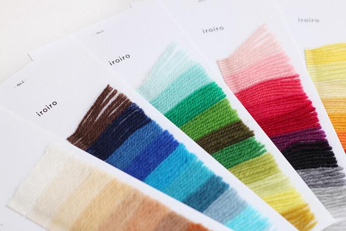 手にとって眺めているだけでもワクワクした気持ちになる毛糸の見本帳。50色の豊富なカラーバリエーションが魅力で、色の組み合わせを考えるのにも便利です。ワードローブとも相談しながら、好みのカラーを見つけてみてください。