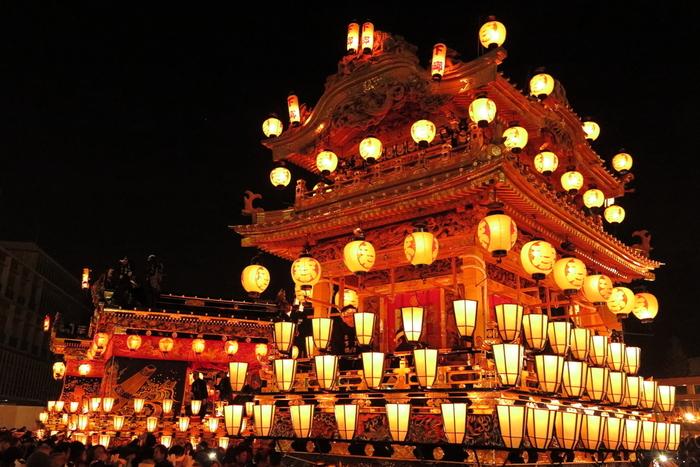 「日本三大曳山祭り」に数えられ、国指定重要民俗文化財に指定されている「秩父夜祭り」に、日帰りで行くツアーです。にぎやかで熱気あふれるお祭りの雰囲気、一度は体感してみたいですね。極彩色の彫刻や隅々まで刺繍が施された幕が艶やかな美しさを誇る4基の屋台と2基の笠鉾が、秩父のまちなかを曳き回されます。