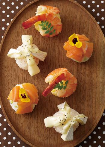 一つ一つの手まり寿司の盛り付けが華やかで豪華さがありますね♪食べられるエディブルフラワーを飾ったり、カマンベールチーズとタラコの組み合わせなど、話題作りにもなりそうなレシピです。