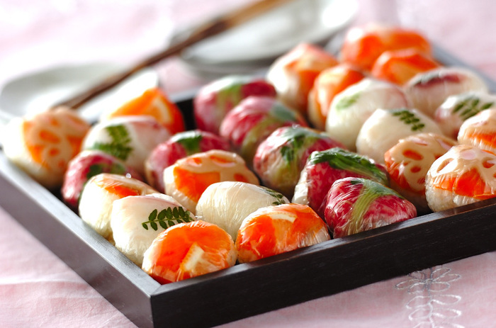 パーティーなどの集まりの時には、食べ物をそのまま置いておくのが気になる時もありますよね。色合いのキレイな手まり寿司は、ラップにくるんで並べても華やかなので、気兼ねなく鮮度をキープできます。お正月に活躍してくれそう!