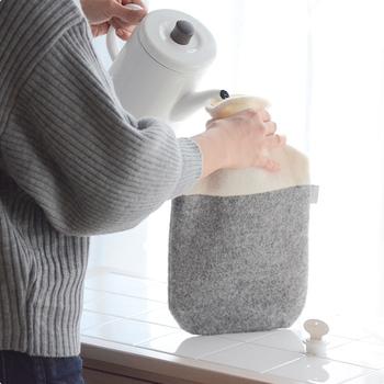 使い方は簡単!湯たんぽに60~80℃のお湯を注いで、空気を抜いてからキャップを閉めればOK。温かい湯たんぽがあれば、寒い冬の強い味方になってくれますよ♪