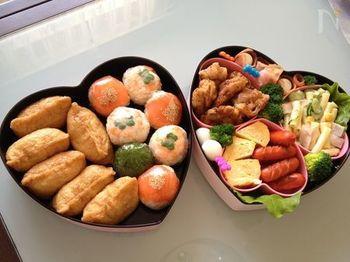 手まり寿司だけでなく、お稲荷さんなどの別のお寿司と盛り合わせてもいいですね。ちょこっと添えるだけで華やかに見違えるのが、手まり寿司の良いところ♪