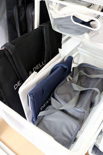 """クローゼット内に""""引き出し収納""""のエリアを作ると、バッグや小物類も整理しやすくなります。ストール・Tシャツ・下着類はもちろん、シーズンオフの衣類や、バラバラになりやすいベルトの収納にも◎。シェルフは同じ色で揃えると、統一感が生まれてすっきりした印象になります。"""