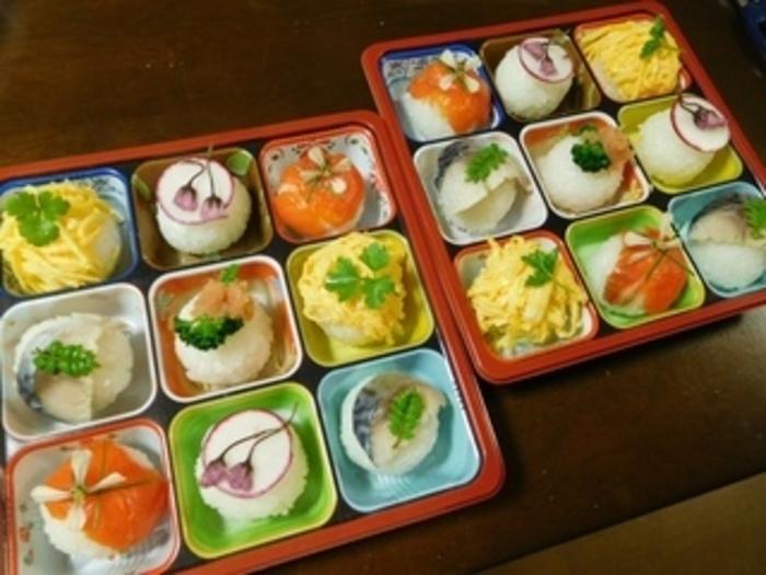 どれにしようか迷ってしまいそう♪手まり寿司が主役のお弁当です。小さな容器を上手に使って盛り付けると、一つ一つの手まり寿司がより映えますね。お正月のおせちと合わせて並べるのも良いでしょう♪