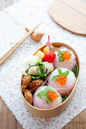 かわいらしいピンクの手まり寿司。これを食べればいつでも春の暖かい気分になれそうです。2色のご飯がグラデーションになっているところもおしゃれなポイント♪
