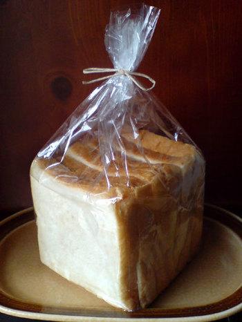 その噂の「伝説のパン」が、仙川の商店街を抜けたところに静かに佇む「AOSAN」の「角食」です。
