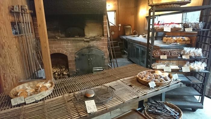 こちらもわざわざ足を運びたい、那須塩原の有名なパン屋さん「NAOZO」。予約しないと買えないほどの人気のパンは、なんと石窯で焼かれているんですよ。